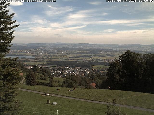 Paragliding Fluggebiet Europa Schweiz Zürich,Pfannenstiel,Blick vom Restaurant in Richtung Startplatz (Gleitschirme sind, falls in der Luft, sichtbar)!